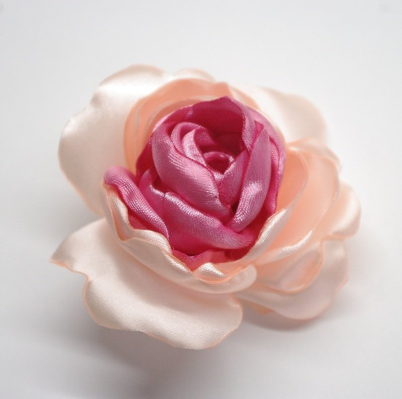 Брошь цветок из атласной ленты
