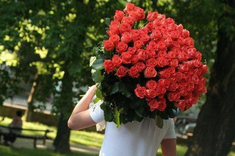 Фото парень с большим букетом цветов