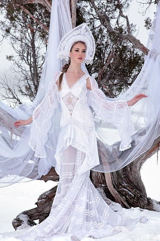 devushki-golie-v-zimnem-lesu