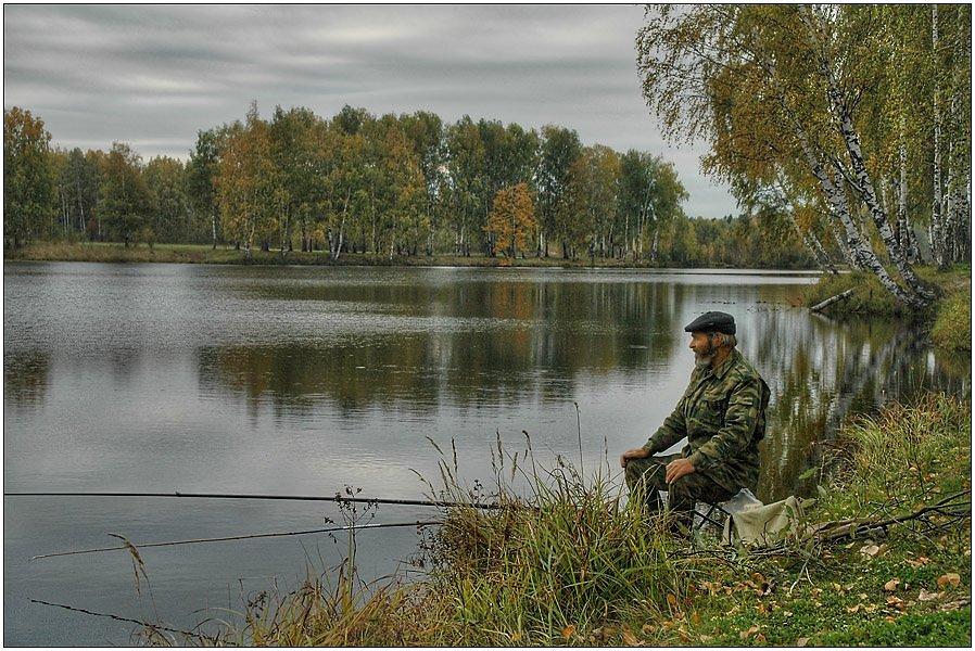 речка с рыбаком