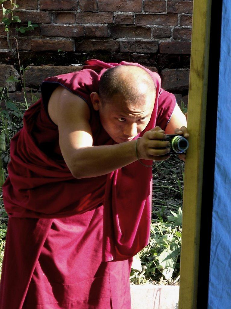 домике картинка монах с розой удачу убирает